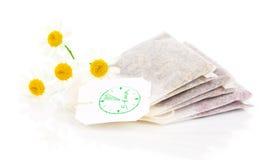 Los bolsos del té de manzanilla con la manzanilla fresca florecen Imágenes de archivo libres de regalías