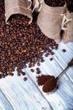 Los bolsos del yute llenaron de café y de la cuchara de plata Imagen de archivo libre de regalías