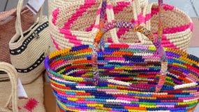 Los bolsos hechos a mano hicieron con la paja de Paja Toquilla imagen de archivo