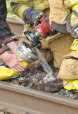 Los bomberos conectan el fuego del tren del durbg de la manguera Fotografía de archivo libre de regalías