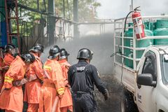 Los bomberos ensayan planes de la lucha contra el fuego en las instalaciones del almacenamiento del LPG fotos de archivo libres de regalías