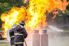 Los bomberos están luchando el fuego imagen de archivo libre de regalías