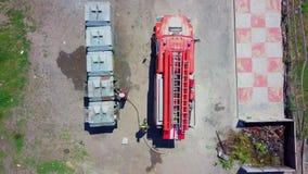 Los bomberos extinguen el cubo de la basura ardiente, aéreo metrajes
