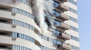 Los bomberos extinguen el fuego Foto de archivo libre de regalías
