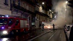 Los bomberos extinguen el fuego durante contra impuestos del aumento sobre la gasolina y el gobierno presentado diesel de Francia