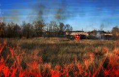 Los bomberos extinguen incendio fuera de control Primer de las llamas Visión superior Imagen de archivo