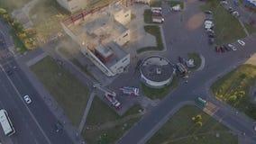 Los bomberos extinguen un fuego Plan maestro almacen de metraje de vídeo