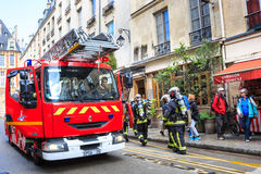 Los bomberos llegaron la llamada de emergencia, París Fotos de archivo