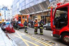 Los bomberos llegaron la llamada de emergencia, París imágenes de archivo libres de regalías