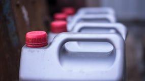 Los botes de plata con aceite se colocan en el piso foto de archivo libre de regalías