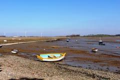 Los botes pequeños en mudflats en Sunderland señalan, Lancs Fotografía de archivo libre de regalías
