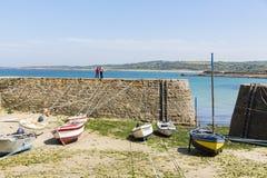 Los botes pequeños suspendieron en la nave en el puerto más pequeño de Francia, puerto Racine, península de Cotentin Imagen de archivo