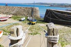 Los botes pequeños suspendieron en la nave en el puerto más pequeño de Francia, puerto Racine, península de Cotentin Fotos de archivo
