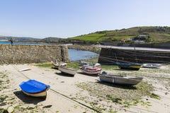 Los botes pequeños suspendieron en la nave en el puerto más pequeño de Francia, puerto Racine, península de Cotentin Fotos de archivo libres de regalías