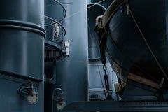 Los botes salvavidases del vintage en militares azules del metal envían Imagen de archivo
