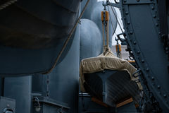 Los botes salvavidases del vintage en militares azules del metal envían Imagen de archivo libre de regalías