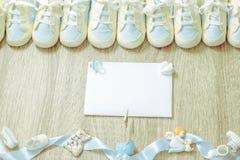 Los botines del bebé para el partido de ducha recién nacido del muchacho, tienda añaden o postal Visión superior Copie el espacio Fotos de archivo