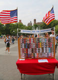 Los botones para la resistencia se colocan en Washington Square en Lower Manhattan Imagenes de archivo