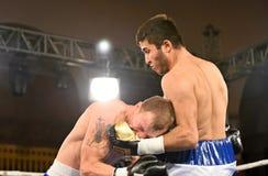 Los boxeadores no identificados en el anillo durante la lucha para alinear señalan Fotografía de archivo libre de regalías