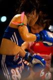 Los boxeadores tailandeses de las mujeres de Muay golpean el sudor con el pie Imagenes de archivo