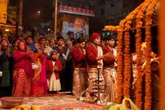 Los brahmanes indios jovenes en la muchedumbre de gente hacen  Fotos de archivo
