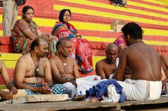 Los brahmanes (sacerdotes) realizan el puja - ceremonia ritual en los ghats santos, Varanasi, la India Foto de archivo libre de regalías