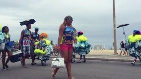 Los brasileños en carnaval visten a Rio de Janeiro metrajes