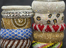 Los brazaletes del metal de las piedras del cristal fijaron en una pila fotografía de archivo libre de regalías