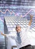 Los brazos de extensión del hombre de negocios se abren y los edificios altos ejercen la actividad bancaria con el fondo económic Imagenes de archivo