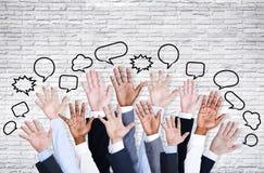 Los brazos de gente de negocio aumentados con la burbuja del discurso Fotografía de archivo