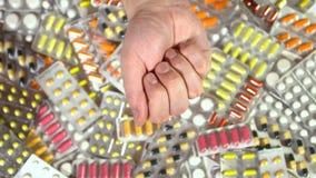 Los brazos de los hombres demuestran la opinión superior de las píldoras verdes almacen de metraje de vídeo