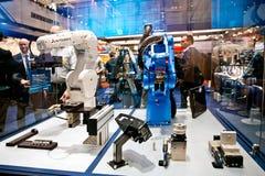 Los brazos del robot de Mitsubishi y de Yaskawa en Schunk se colocan en Messe justo en Hannover, Alemania Imagenes de archivo