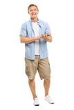 Los brazos felices del hombre joven doblaron aislado en el fondo blanco Imagen de archivo