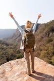 Los brazos femeninos del caminante se abren Imagen de archivo