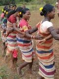 Los brazos tribales de la conexión de las mujeres para la cosecha de Gdaba bailan Imagen de archivo libre de regalías