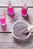 Los brotes secos de la lavanda ruedan y las botellas con los cosméticos en vintage cortejan Foto de archivo libre de regalías