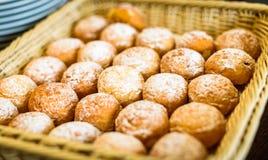 Los buñuelos o los anillos de espuma frescos en una cesta en comida fría alinean Foto de archivo libre de regalías