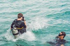 Los buceadores saltan en el mar para comenzar a zambullirse fotos de archivo libres de regalías