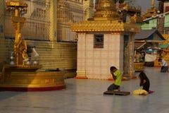 Los budistas ruegan en los posts planetarios Imagen de archivo libre de regalías