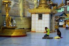 Los budistas ruegan en los posts planetarios Fotos de archivo