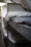 Los bunkbeds de los hombres alistados a bordo del submarino diesel fotos de archivo
