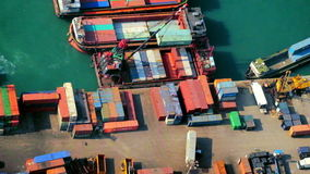 Los buques de carga cargaron por la grúa con los contenedores para mercancías en un terminal ocupado del puerto Hon Kong metrajes