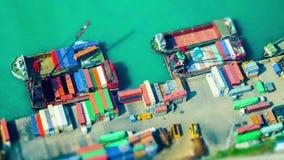 Los buques de carga cargaron por la grúa con los contenedores para mercancías en un terminal ocupado del puerto Hon Kong Cambio i almacen de metraje de vídeo
