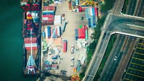 Los buques de carga cargaron por la grúa con los contenedores para mercancías en un terminal ocupado del puerto Hon Kong Lapso de metrajes