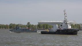 Los buques de guerra que llegaron el desfile en honor del siglo Fotos de archivo