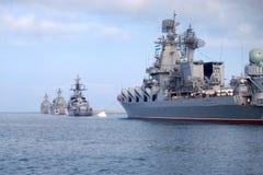 Los buques de guerra rusos están en la bahía de Sevastopol. Fotografía de archivo libre de regalías