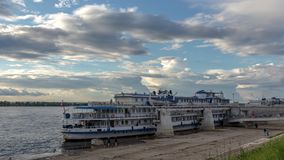 Los buques de pasajeros de la travesía del río amarraron en el Volga en el Samara, Rusia El Volga es el río más largo de Europa