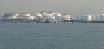 Los buques de petróleo en la descarga del tanque de aceite, engrasan continuamente flujos en los tanques de almacenamiento foto de archivo libre de regalías
