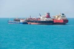 Los buques de petróleo están transfiriendo el aceite Fotos de archivo libres de regalías