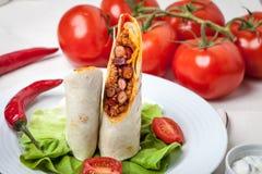 Los Burritos llenaron de la carne picadita, de la haba y de las verduras foto de archivo